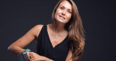 DANS LE BUREAU DE : ALEXIA HAYE DIRECTRICE DE GRENADINE RP